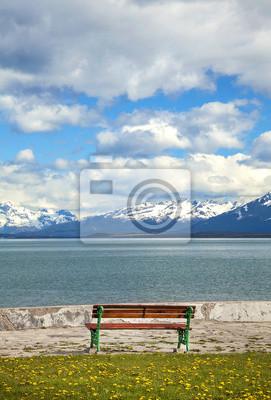 Stare drewniane ławki nad jeziorem z widokiem na góry, Ushuaia, Argentin