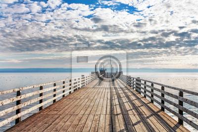 Stare drewniane molo w morzu