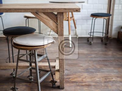 Stare drewniane stołki barowe na drewnianej podłodze w kawiarni w stylu retro