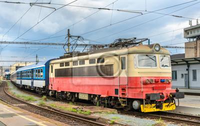 Stare lokomotywy elektryczne z pociągiem pasażerskim na dworcu w Brnie, w Czechach
