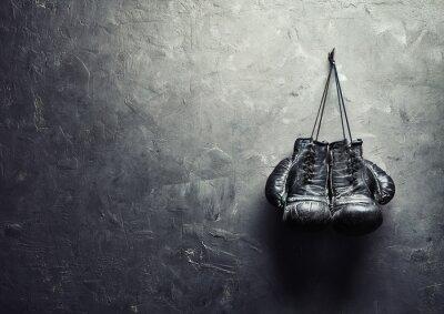 Obraz stare rękawice bokserskie powiesić na gwoździu na ścianie tekstury