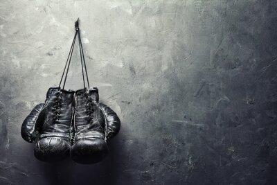 Obraz stare rękawice bokserskie powiesić na ścianie tekstury na paznokciach