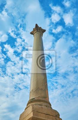 Starożytna kolumna zwycięstwa w Aleksandrii w Egipcie