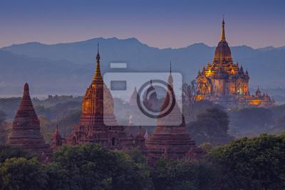 Obraz starożytnej świątyni w Bagan po zachodzie słońca, Myanmar