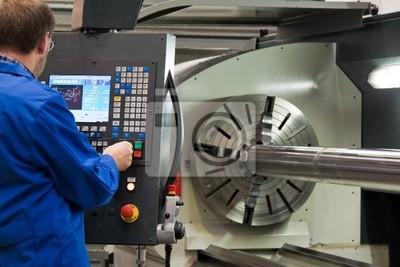 Starsi pracownicy w branży metalowej w frezarki CNC .
