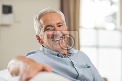 Obraz Starszy mężczyzna ono uśmiecha się w domu