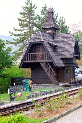 stary drewniany dworzec kolejowy w górach