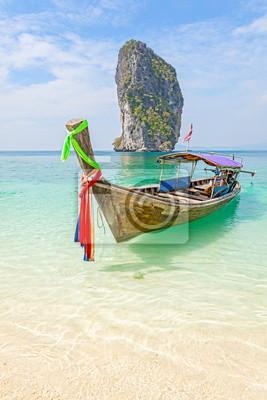 Stary drewniany łodzi na tropikalnej plaży.