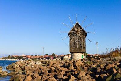 Obraz Stary drewniany wiatrak w pobliżu morza w Nesebyr