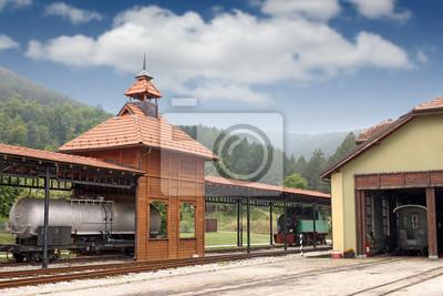 Stary dworzec kolejowy z lokomotywą parową