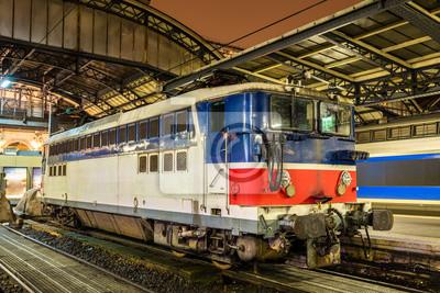 Stary Francuski lokomotyw elektrycznych na stacji Paris-Est