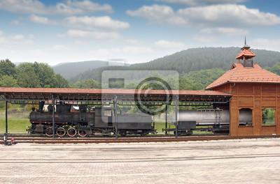 Stary parowóz na stacji kolejowej