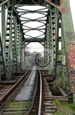stary pociąg na moście żelaznym