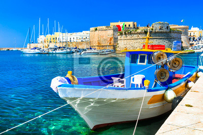 Stary port Gallipoli, widok z grodowymi amd łodziami, Puglia, Włochy