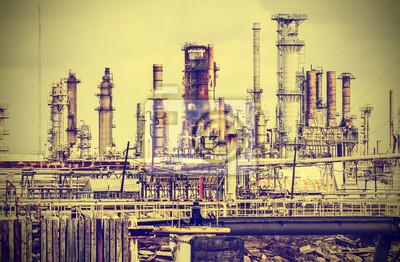 Stary zakład przemysłowy z szarego nieba, w stylu vintage, retro.