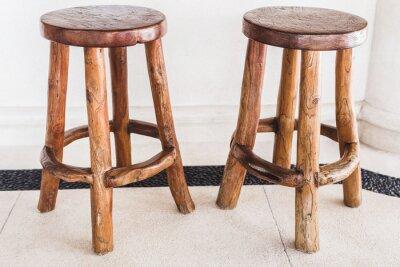 Stołki barowe drewniane ręcznie robione są w kolejce na kawiarni na świeżym powietrzu na białym tle