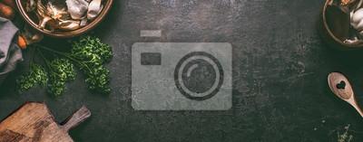 Obraz Streszczenie tło żywności. Widok z góry ciemny rustykalny stół kuchenny z drewnianą deską do krojenia i łyżką do gotowania, rama. Baner lub szablon z miejsca kopiowania dla swojego projektu. Przybory