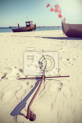 Styl retro zdjęcie kotwicy na plaży.