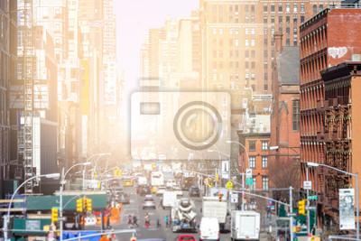 Sunlight świeci w dół ruchliwych ulic Chelsea na Manhattanie, Nowy Jork NYC