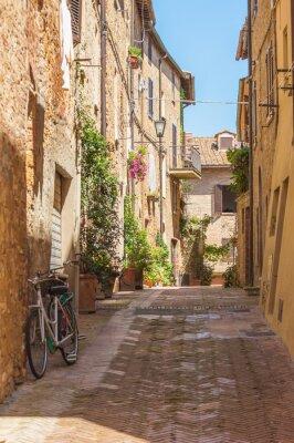 Obraz Sunny ulicach włoskiego miasta Montepulciano w Toskanii