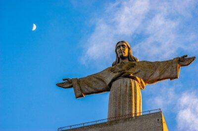 Sunset at pomnika Chrystusa Króla umieszczone w mieście Almada, powiat Lizbony, stolicy Portugalii
