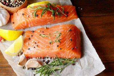 Obraz Surowego łososia na papierze do pieczenia