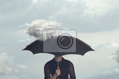 Obraz surrealistyczny moment kobiety ukrywającej się pod parasolem od małej chmury, która ją ściga