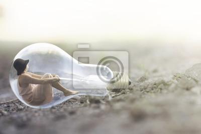 Obraz surrealistyczny moment małej kobiety odpoczynku wewnątrz żarówki