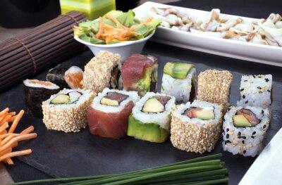 Obraz sushi przygotowane na płycie / talerz z menu sushi