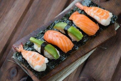 Obraz Sushi z łososia, krewetek i awokado, drewnianych tle