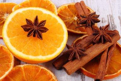 Obraz Suszone i świeże pomarańczowy z przyprawami na starym drewnianym tle