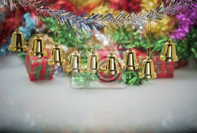 Świąteczne dekoracje / Bliska mały dzwon, świąteczne dekoracje na stole.