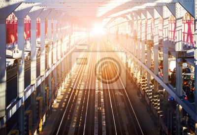 Światło na końcu tunelu - jasne światło świeci na końcu torów kolejowych w długim tunelu na moście w Nowym Jorku