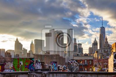 Światło słoneczne świeci na niższych budynków Manhattan na zachodzie słońca w Nowym Jorku