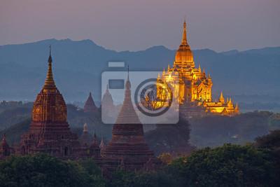 Świątynia w obszarze Bagan o zachodzie słońca