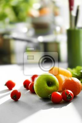 świeże Owoce I Warzywa Na Białym Stole W Kuchni Z Bliska Obrazy Redro