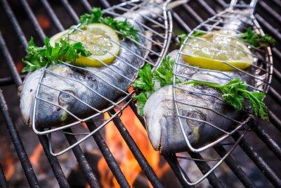 Obraz Świeże ryby z ziołami i cytryną na grilla