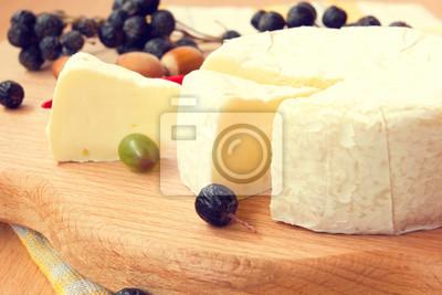 Obraz świeże smaczne ser camembert na desce