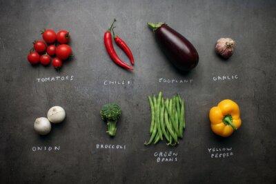 Obraz Świeże warzywa z kredowych znaki na szarym kuchennym stole