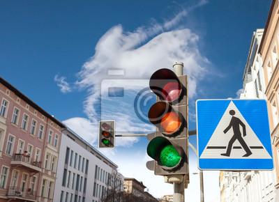 Sygnalizacja świetlna i znak przejście dla pieszych w mieście.