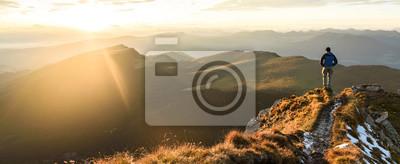Obraz Sylwetka człowieka na szczycie szczytu góry na wschód niebo, Sport i aktywnego życia projekt koncepcyjny.