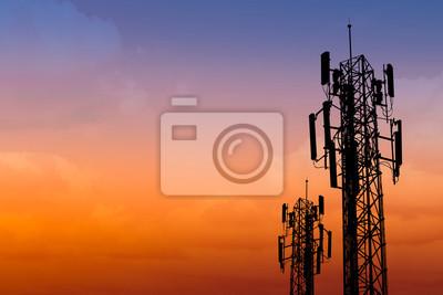 Obraz Sylwetka komunikacji wieża z zmierzchu niebo z miejscem na tekst