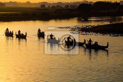 Sylwetka łodzi turystycznych w U bein most