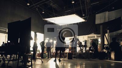 Obraz Sylwetka ludzi pracujących w dużym studio produkcji