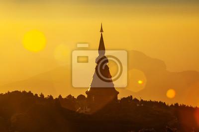 Sylwetka Pagoda na szczycie góry