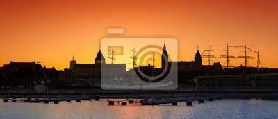 Sylwetka Szczecin (Stettin) miasta nabrzeża po zachodzie słońca, Polska.
