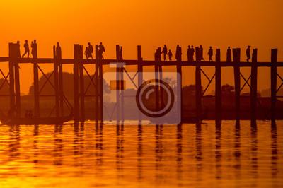 Sylwetka U bein most o zachodzie słońca Mandalay, Myanmar.