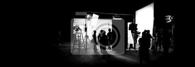 Obraz Sylwetki obrazów produkcji wideo za kulisami lub b-roll lub tworzenia telewizyjnego filmu reklamowego, że zespół ekipy filmowej lightman i operator współpracuje z reżyserem w dużym studio