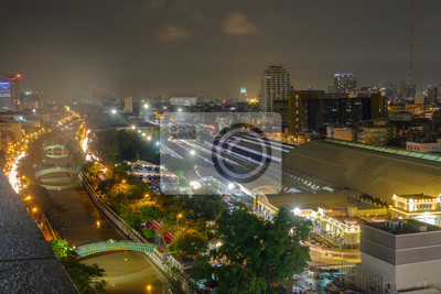 System transportowy / Widok systemu transportu i miasta w nocy. Stacja kolejowa Bangkok (HUA LUMPONG).