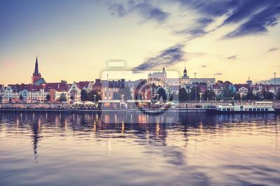 Szczecin nabrzeża o zachodzie słońca, zastosowano tonację kolorową, Polska.